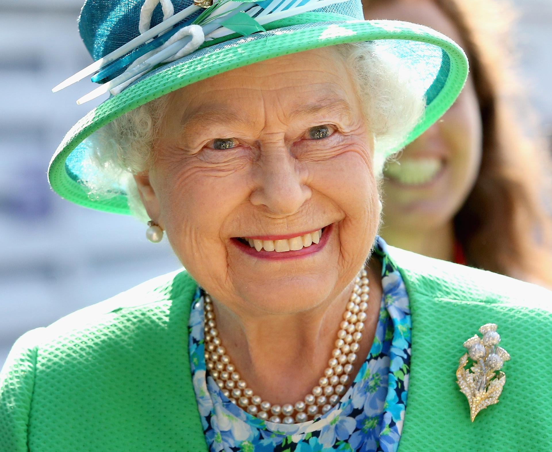 Regina Elisabetta I Messaggi In Codice Delle Sue Spille Radio Monte Carlo