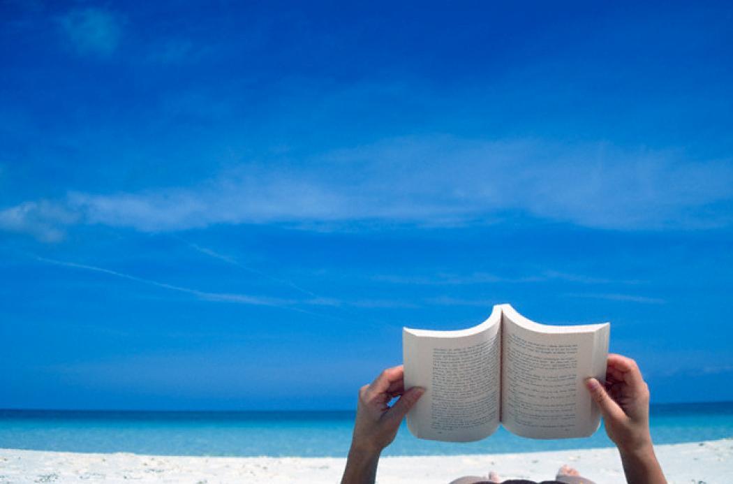 Risultati immagini per leggere al mare