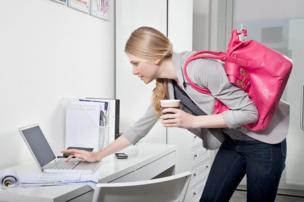 Ufficio Elegante Jobs : Un lavoratore di due colleghi in ufficio con il computer immagine