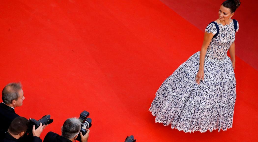 Penelope Cruz rende omaggio a Lagerfeld. E Cannes si commuove