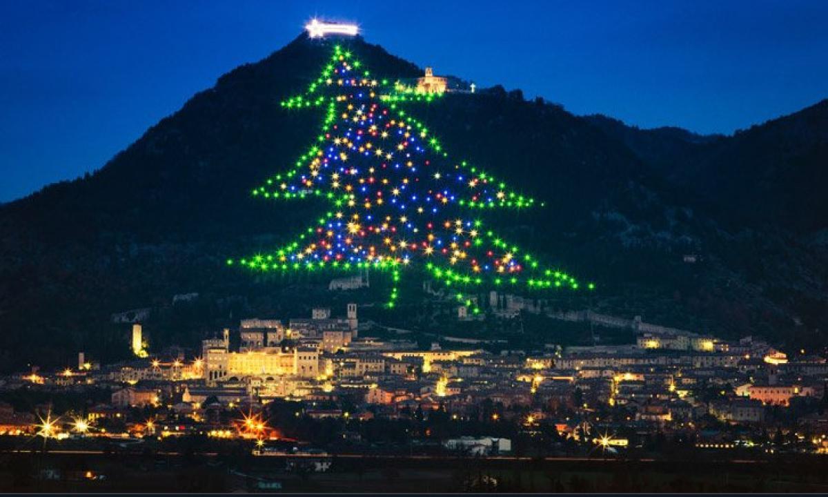 Albero Di Natale Piu Grande Del Mondo.L Albero Di Natale Piu Grande Del Mondo Si Trova A Gubbio Radio Monte Carlo