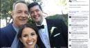 Tom Hanks si fa fotografare con una coppia di sposi incontrati a Central Park