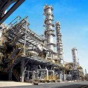 Alta tensione dopo gli attacchi alle raffinerie in Arabia Saudita.