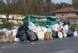 Roma di nuovo vicina all'emergenza: perché i rifiuti invadono la capitale?