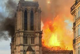 Notre Dame, fiamme dal cantiere: distrutti il tetto e la grande guglia.