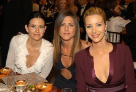 Friends. Courteney Cox festeggia il compleanno con Lisa Kudrow e Jennifer Aniston