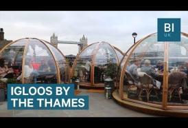 A Londra puoi vivere un'esperienza davvero indimenticabile cenando negli igloo vista Tamigi