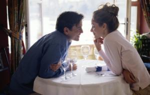 Le offre un drink, poi le chiede i soldi indietro: un nuovo modo di approcciare?