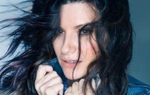 Laura Pausini firma i Baci Perugina a San Valentino