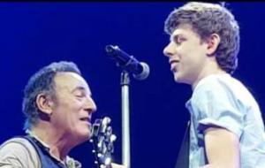 Bruce Springsteen dà una lezione a un fan. Sul palco! Guarda il video