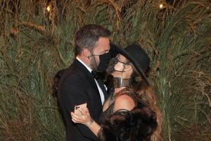 Jennifer Lopez e Ben Affleck non smettono più di baciarsi. Anche con la mascherina