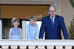 I gemellini Jacques e Gabriella a scuola accompagnati dal Principe Alberto