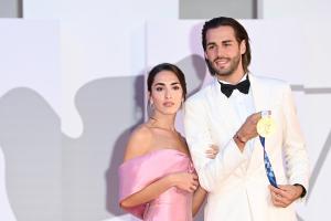 Gianmarco Tamberi conquista Venezia con bacio romantico e medaglia d'oro
