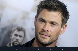 "Un Chris Hemsworth scatenato balla ""Wrecking Ball"" con i figli"
