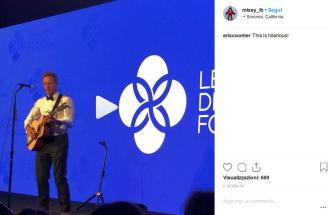 Chris Martin prende in giro il suo amico Leonardo DiCaprio e gli dedica una canzone