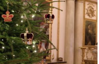 L'albero di Natale arriva a Buckingham Palace. Scopri come sarà il Natale dei Reali Inglesi
