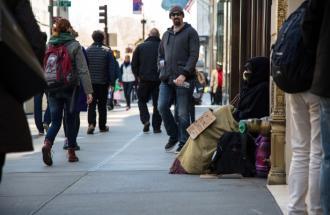 Il gelo non concede tregua ma c'è chi aiuta le persone che vivono in strada.