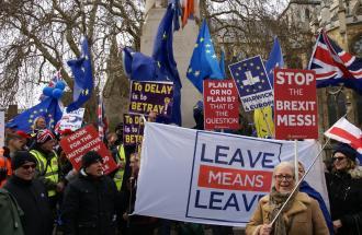 Regno Unito, la May cambia idea: sì alla soft Brexit e dialogo con i laburisti.