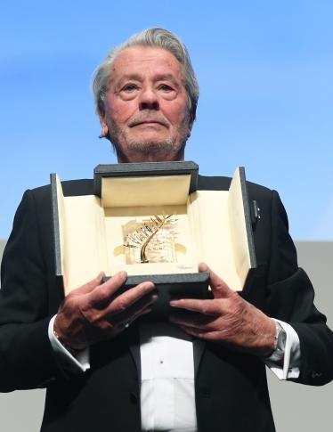 Alain Delon in lacrime a Cannes