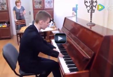 Alexey, il ragazzo senza mani che emoziona con la sua musica