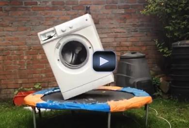 Mettono un mattone in una lavatrice e la posizionano sul trampolino: ecco cosa succede
