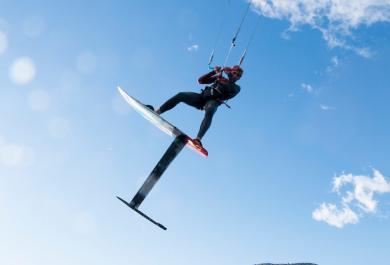 Maxime Rocher tenta di battere il record Monaco-Calvi in kite surf