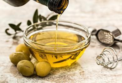Olio d'oliva: come scegliere quello di qualità ed evitare le truffe