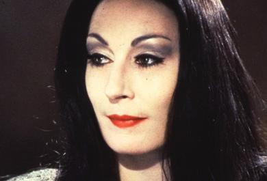 """Vi ricordate Morticia de """"La famiglia Addams""""? Ecco com'è cambiata oggi"""