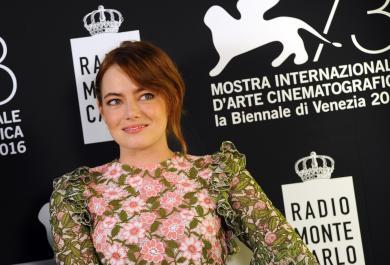 Emma Stone arriva a Venezia: gli scatti più belli