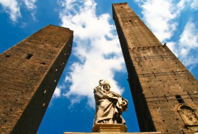 Monumenti che pendono. Non solo la torre di Pisa è storta