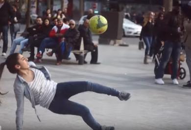 Una quindicenne sfida i passanti a sfilarle la palla. Impresa impossibile: il video
