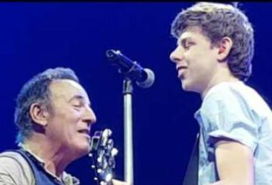 Bruce Springsteen dà una lezione a un fan. Sul palco! Guarda il video