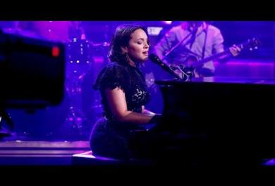 "Chris Cornell: Norah Jones esegue ""Black Hole Sun"" per ricordarlo"