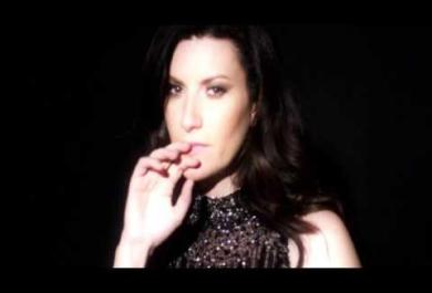 Laura Pausini pubblica il nuovo video e tifa per Adele ai Grammy