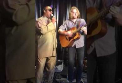Stevie Wonder canta a sorpresa con un musicista da strada. Il video