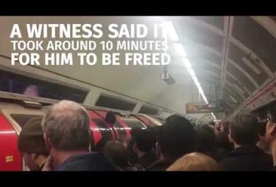 La testa è intrappolata nella porta del vagone: l'avventura nel metro di Londra