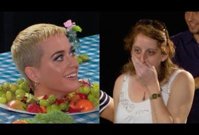 Ma perché Katy Perry terrorizza i visitatori di un museo di New York? Ve lo spieghiamo...