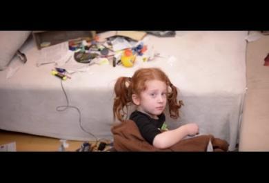 Il video della bambina abbandonata che sta facendo commuovere il web. E  che nasconde una sorpresa...