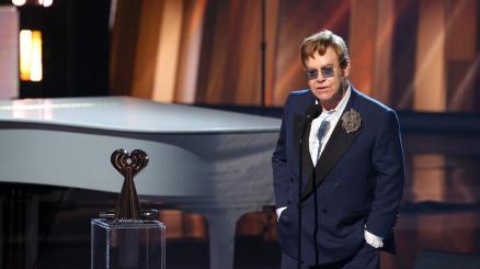 Elton John: un'operazione fa posticipare le date del tour