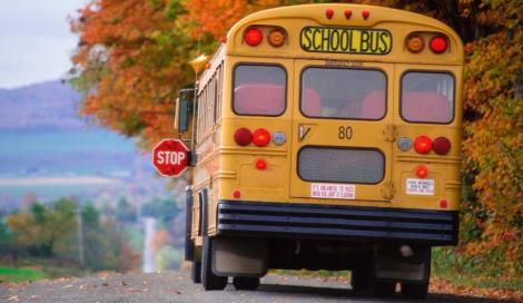 Il sindaco accompagna i bambini a scuola perché lo scuolabus non c'è