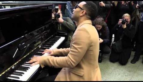 John Legend suona a sorpresa il pianoforte alla stazione di St. Pancras, a Londra