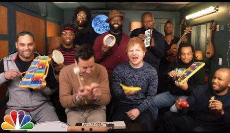 """Ed Sheeran suona """"Shape Of You"""" con strumenti giocattolo"""