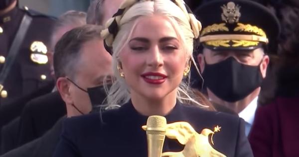 Lady GaGa e il suo inno nazionale da brividi