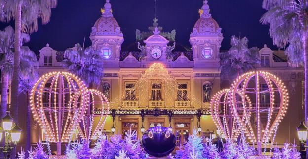 Mongolfiere illuminate per la festa a Monte Carlo