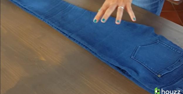 Poco spazio nell'armadio? Ecco come piegare i jeans!