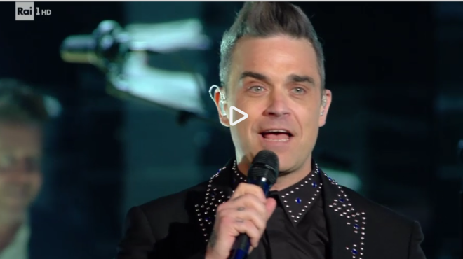 Robbie Williams bacia a sorpresa Maria De Filippi