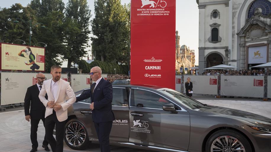 75esima Mostra del Cinema di Venezia: Ryan Gosling sfila sul red carpet con Lexus.